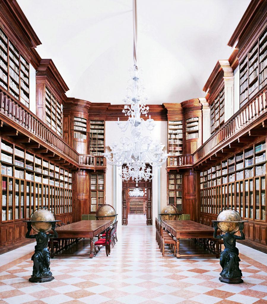 Candida Höfer Biblioteca Teresiana Mantova I 2010